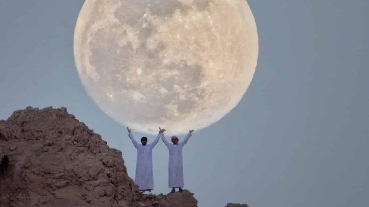 معهد الفلك يعلن عن ظهور قمر الفراولة في هذا الوقت